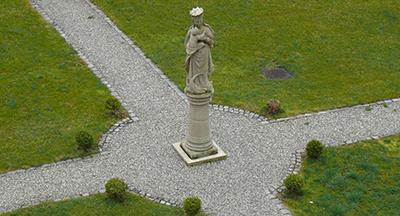 Muttergottesstatue im Engelgarten quer 2012